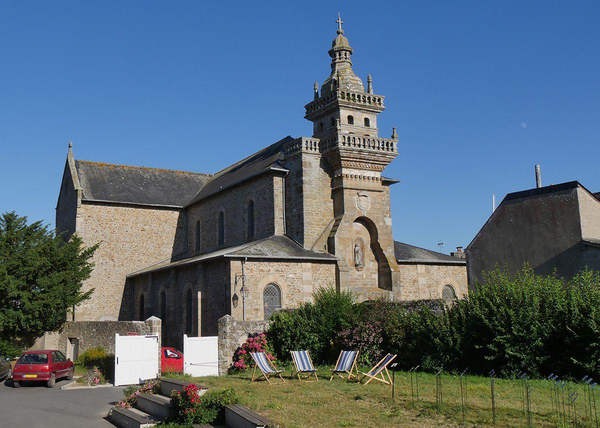 Eglise de Saint-Briac et son clocher du XVIIe siècle, classé monument historique, vu depuis le jardin de l'ancien presbytère
